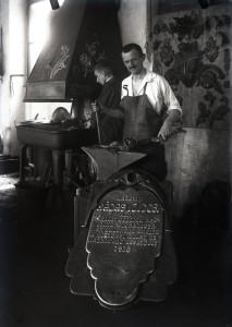 2_ Máday Izidor emléktáblájának készítése közben 1918-ban