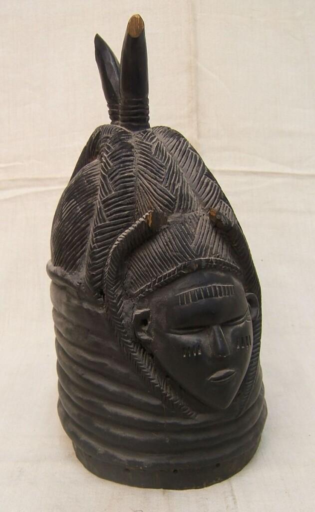 Fekete színû Janus arcú sisakmaszk, spiráldíszes nyakrészen, felül szarvakkal.