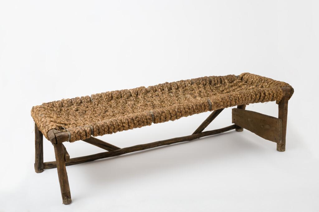 Szőlőhegyi lóca. Tárgy anyaga, készítési módja: szalma, keményfa; házilagos előállítású. Méretek: 182 x 60cm. Leltári szám: XJM.N. 66.10.101. Fotó: Áment Gellért