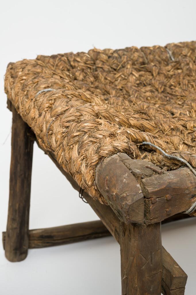 Szőlőhegyi lóca (részlet). Tárgy anyaga, készítési módja: szalma, keményfa; házilagos előállítású. Méretek: 182 x 60cm. Leltári szám: XJM.N. 66.10.101. Fotó: Áment Gellért