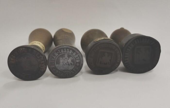 Pecsétnyomók Szent Márton-ábrázolásokkal; 1-2. méretek: magasság 108 mm, átmérője: 34 mm; ltsz.: C.62.148.1. -2.; 3-4. méretek: magasság 80-85 mm, átmérő 40-41 mm; ltsz. C.62.148.3-4.