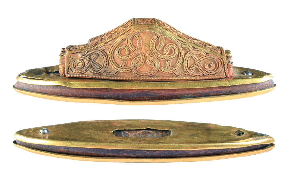 Fa alapra rádolgozott, nagyjából ellipszis alakú aranylemezek. Méretei: h.: 87 mm, sz.: 25 mm. (Leltári szám: 66.37.1.2.)