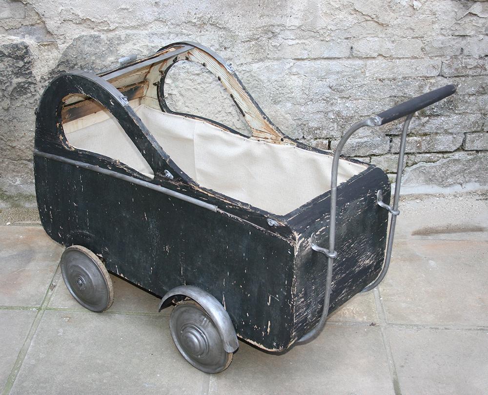 Győrben 1943 körül gyártott babakocsi