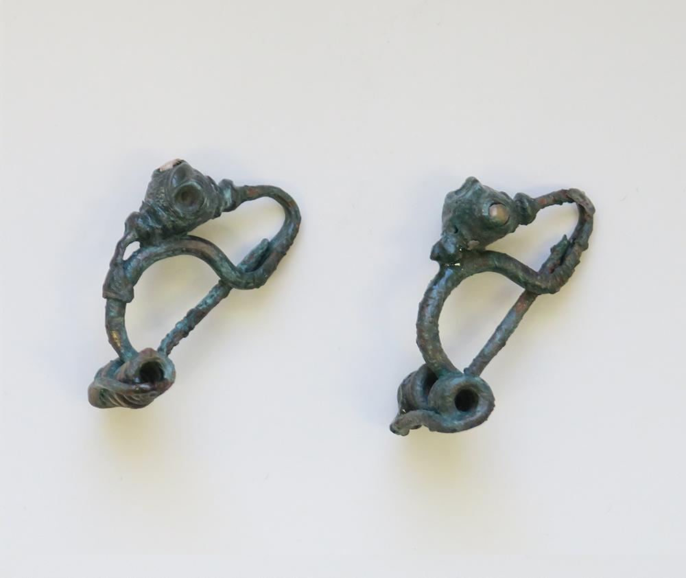 Bronz fibulapár. Lelőhelye: Markotabödöge–Mohos-tóra-dűlő (2014). Az 1572.sír 1. számú melléklete.