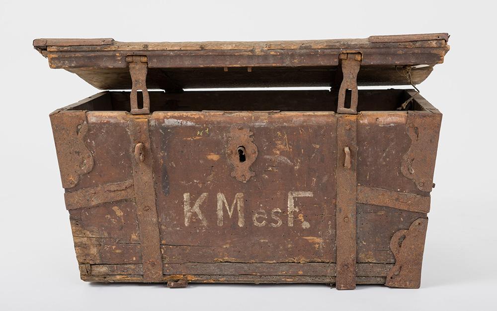 Vasalt kocsiláda Tárgy anyaga, készítési módja: fa és vas, asztalos- és kovácsmunka. Méretek: magassága 35 cm, szélessége 69 cm, mélysége 47 cm. Felirat: KMésF. Ltsz.: XJM.N.64.1.145. Fotó: Áment Gellért