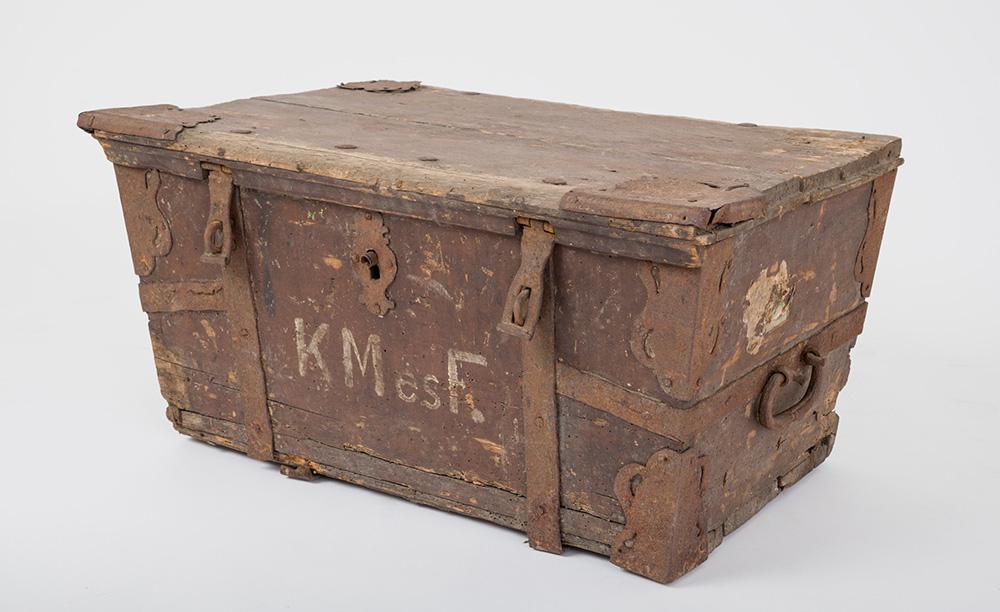 Vasalt kocsiláda. Tárgy anyaga, készítési módja: fa és vas, asztalos- és kovácsmunka. Méretek: magassága 35 cm, szélessége 69 cm, mélysége 47 cm. Felirat: KMésF. Ltsz.: XJM.N.64.1.145.  Fotó: Áment Gellért