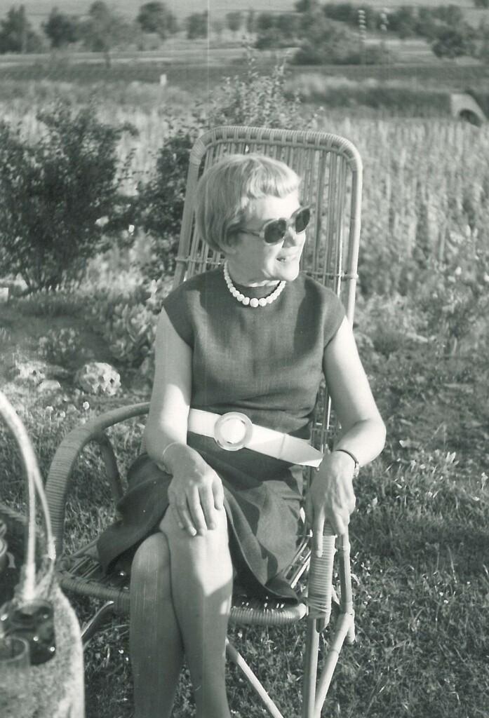 Kéry Ilona (Buba) a kertben