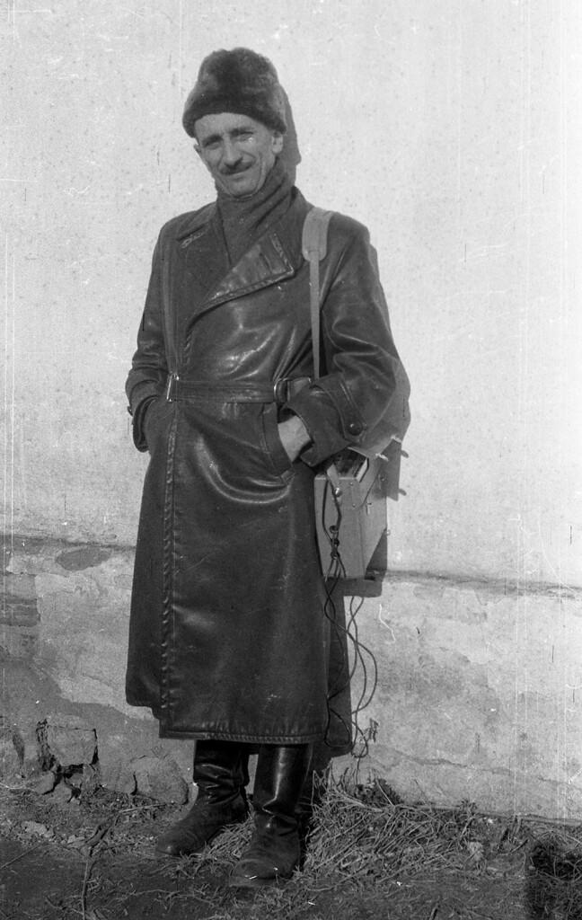 Timaffy László néprajzi gyűjtőúton, magnetofonnal az oldalán (Fotó: Németh Imre, 1960-as évek, XJM.NF.1736)