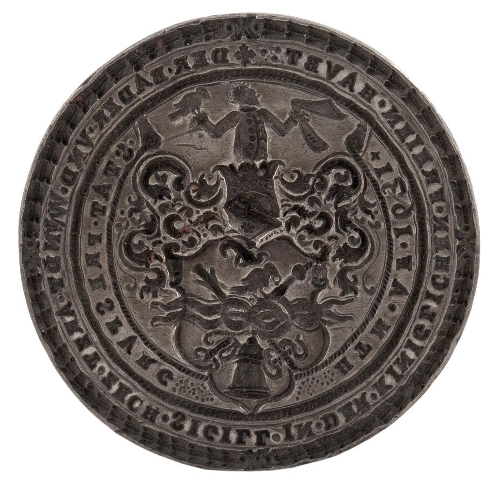 """Pozsonyi fürdősök és seborvosok céhpecsétje, 1631, fém. Átmérő: 46 mm, magasság: 3 mm. Ltsz.: C.62.47.1. Fotó: Tanai Csaba """"Taca"""""""