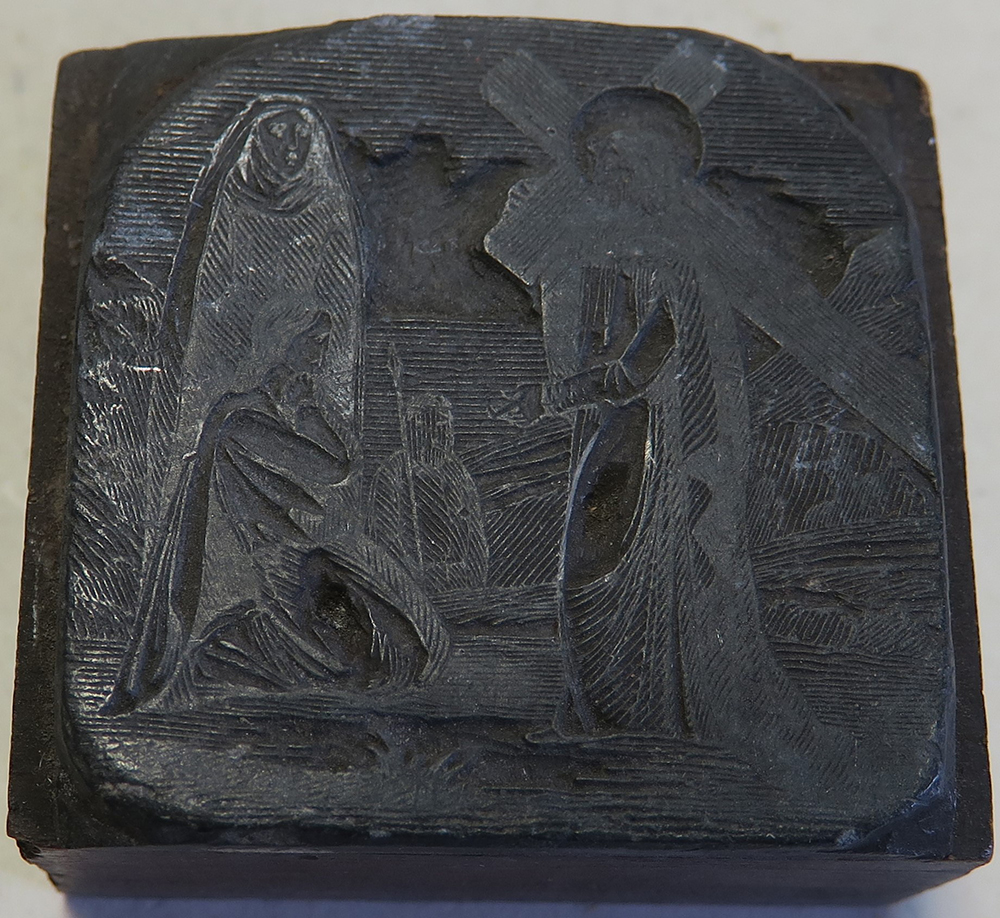 C.68.4.74.  Ez a jelenet vagy Jézus találkozását ábrázolja Szűz Máriával (IV. stáció), vagy amikor Jézus beszél a síró asszonyokhoz. (VIII. stáció)