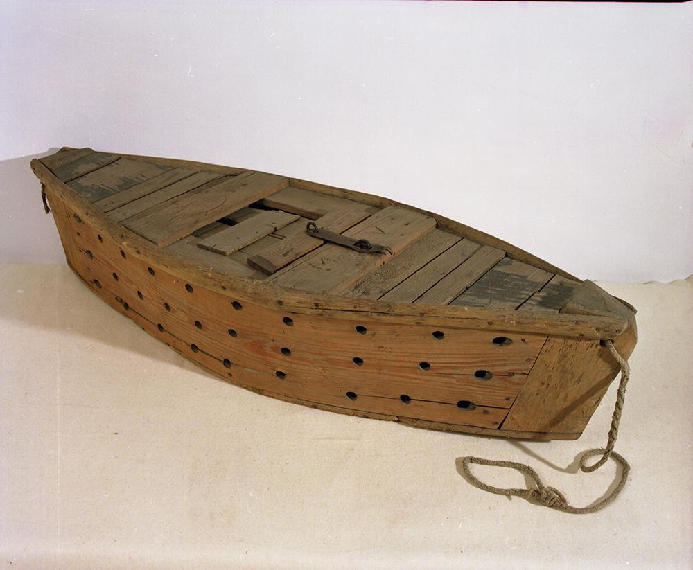 Szigetközi haltartó bárka. Fenyődeszka és fűzfa, szegelt; magasság: 31 cm, hosszúság: 145 cm, szélesség: 50 cm. Felirat: M. V. Ltsz.: XJM.N. 63.80.1.1-2. Fotó: Deim Péter